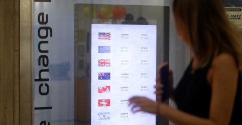 Placeholder - loading - Dólar cai abaixo de R$3,90 com debate sobre corte de juros nos EUA