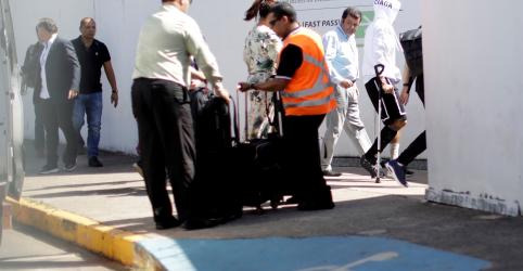 Neymar embarca com muletas em aeroporto de Brasília após ser cortado da seleção