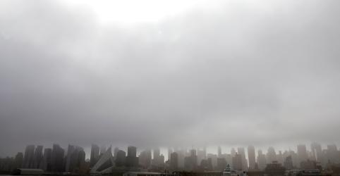 Placeholder - loading - Imagem da notícia Helicóptero bate em prédio de Nova York, diz Corpo de Bombeiros
