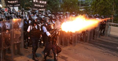 Polícia de Hong Kong dispara balas de borracha durante protestos contra lei de extradição