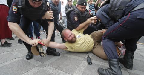 Polícia da Rússia detém ao menos 400 pessoas em protesto a favor de jornalista em Moscou