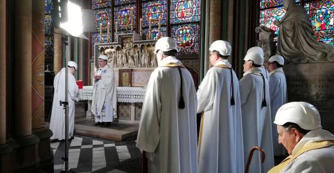 Congregação com capacetes de segurança participa da 1ª missa da catedral de Notre-Dame desde incêndio