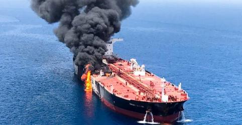 Petroleiros atacados na semana passada são avaliados na costa dos Emirados Árabes Unidos