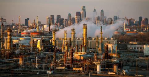 Placeholder - loading - Imagem da notícia Incêndio atinge refinaria na Filadélfia; não há feridos graves