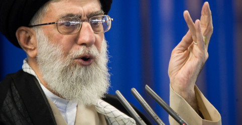 Placeholder - loading - Imagem da notícia Líder supremo do Irã diz que oferta dos EUA para negociações é uma 'enganação'