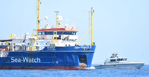 Placeholder - loading - Imagem da notícia Navio de resgate de migrantes desafia governo italiano e ingressa em águas do país