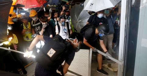 Placeholder - loading - Polícia de Hong Kong usa gás lacrimogêneo contra manifestantes após depredação de legislatura