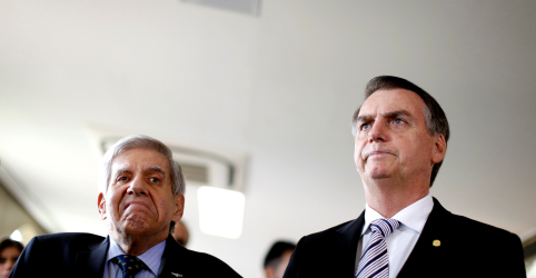 Placeholder - loading - Imagem da notícia Bolsonaro tem 'apreço especial' por Heleno, diz porta-voz após críticas de filho do presidente