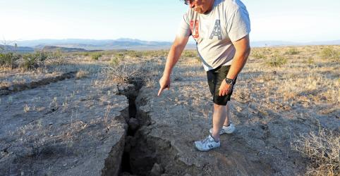 Placeholder - loading - Imagem da notícia Califórnia pode ter mais terremotos; moradores limpam destroços