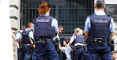 Ativistas do clima são presos por protesto diante de bancos suíços