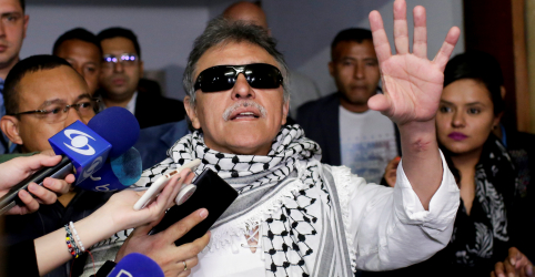 Placeholder - loading - Imagem da notícia Mandado de prisão contra ex-líder das Farc abala acordo de paz da Colômbia