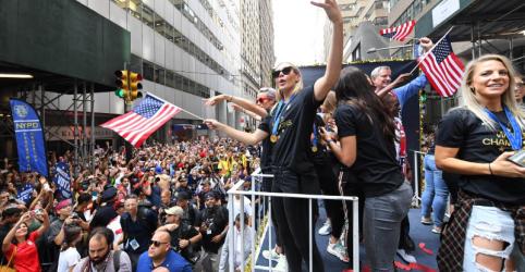Placeholder - loading - Imagem da notícia Seleção feminina dos EUA desfila em NY sob clamores por igualdade salarial