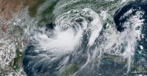 Moradores de Nova Orleans se fecham em casa à espera de furacão