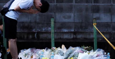 Fãs de animação prestam homenagens em estúdio japonês após incêndio criminoso