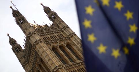 Reino Unido endurece posição em negociação do Brexit e libra recua