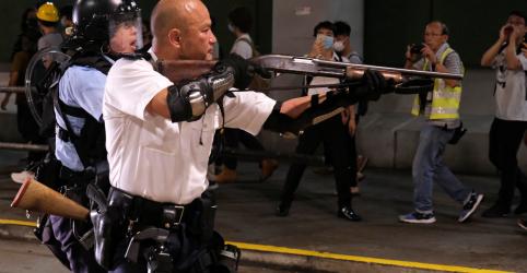 Placeholder - loading - Imagem da notícia Hong Kong acusa 44 manifestantes de rebelião, mas concede fianças