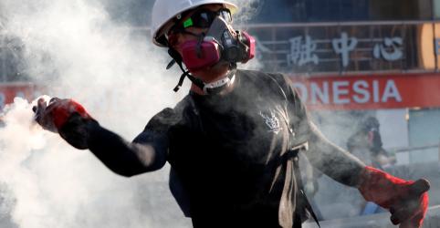 Polícia de Hong Kong usa gás lacrimogêneo contra manifestantes durante greve geral