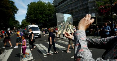 Placeholder - loading - Imagem da notícia Comemoração de 50 anos de 'Abbey Road', dos Beatles, reúne multidão na famosa faixa de pedestres