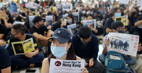 Placeholder - loading - Imagem da notícia Manifestantes ocupam aeroporto de Hong Kong em protesto com pedidos por 'democracia já'