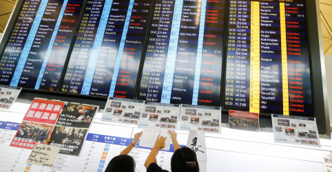 Placeholder - loading - Imagem da notícia Aeroporto de Hong Kong interrompe atividades após novos protestos contra governo