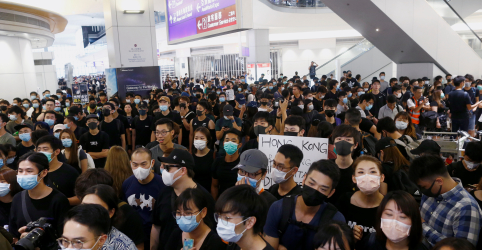 Aeroporto de Hong Kong suspende embarques, e líder critica 'pânico e caos'