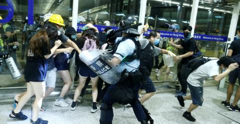 Placeholder - loading - Manifestantes e polícia entram em confronto em aeroporto de Hong Kong; ONU pede moderação às autoridades