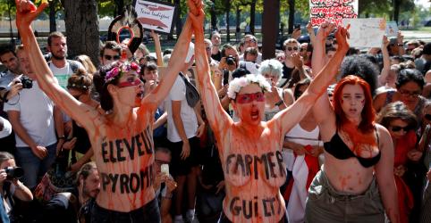 Ativistas do clima protestam em embaixadas brasileiras em Londres e Paris