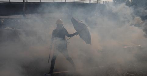 Polícia de Hong Kong dispara gás lacrimogêneo contra manifestantes; China libera funcionário britânico