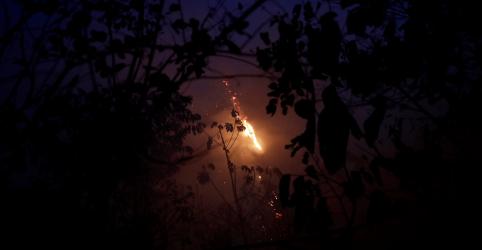 Aviões jogam água na Amazônia com militares brasileiros começando a combater incêndios
