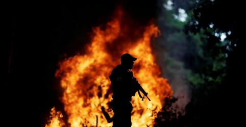 Placeholder - loading - Imagem da notícia EXCLUSIVO-Com Amazônia em chamas, Bolsonaro enfraquece papel do Ibama