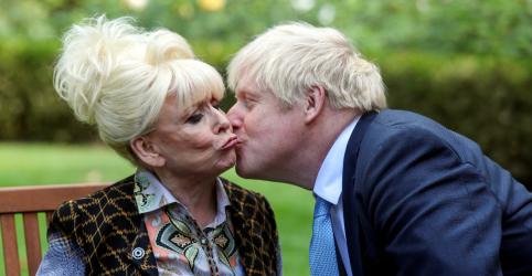 Placeholder - loading - Imagem da notícia Johnson ameaça expulsar do partido parlamentares contrários a Brexit sem acordo