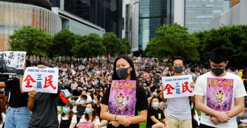 Placeholder - loading - Estudantes de Hong Kong marcham pacificamente após fim de semana de protestos violentos
