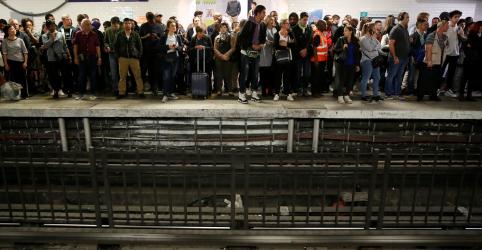 Greve no metrô de Paris contra reforma previdenciária provoca caos nos transportes