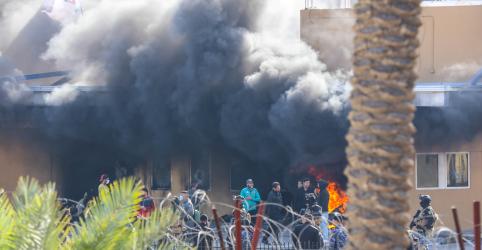 Placeholder - loading - Milicianos iraquianos lançam pedras contra embaixada dos EUA e se preparam para estadia prolongada