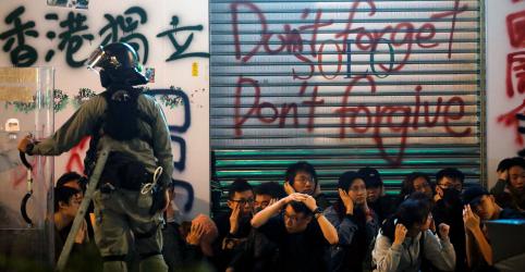 Placeholder - loading - Polícia atira gás lacrimogêneo contra manifestantes em marcha de ano novo em Hong Kong