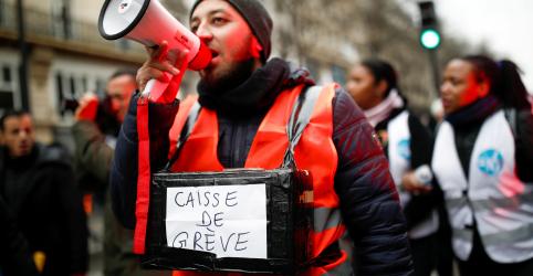 Placeholder - loading - Imagem da notícia Sindicato francês pede mais greves para combater reforma previdenciária de Macron