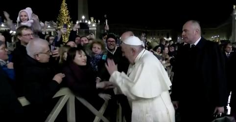 Placeholder - loading - Imagem da notícia Papa pede desculpas por 'mau exemplo' de tapa no braço de peregrina que o puxou