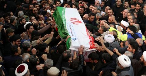 Placeholder - loading - Multidão se reúne para funeral de comandante iraniano; filha alerta EUA para 'dia sombrio'