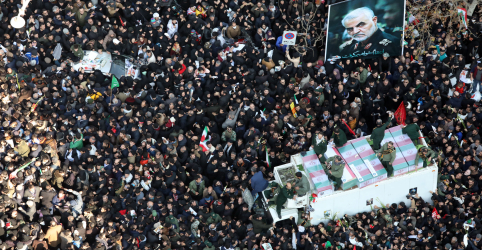 Placeholder - loading - Imagem da notícia Aiatolá do Irã chora em funeral de general morto com multidões em Teerã