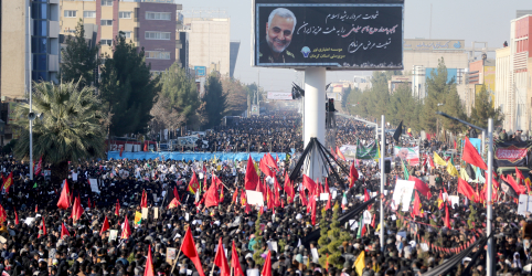 Placeholder - loading - Imagem da notícia Tumulto deixa dezenas de mortos em funeral de comandante iraniano