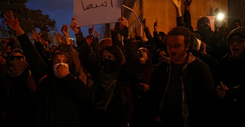 Placeholder - loading - Imagem da notícia Iranianos protestam pelo terceiro dia após desastre de avião, mostram vídeos