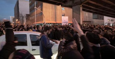 Placeholder - loading - Imagem da notícia Irã diz ter feito prisões relacionadas a desastre de avião; protestos continuam