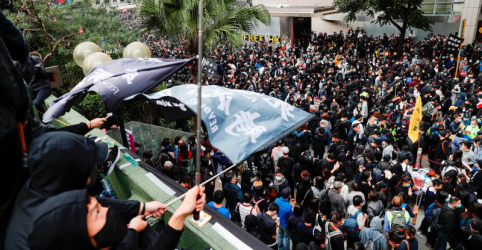 Polícia dispara gás lacrimogêneo para dispersar milhares de manifestantes em Hong Kong