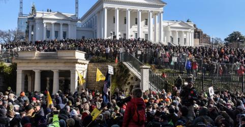 Milhares de ativistas armados participam de manifestação pacífica nos Estados Unidos