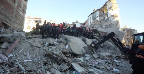 Equipes de resgate buscam sobreviventes após terremoto na Turquia matar pelo menos 29