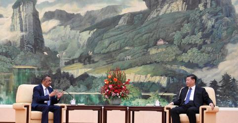 China diz que chefe da OMS é contra saída de pessoas por vírus, mas países planejam retiradas