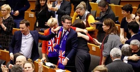 Placeholder - loading - Imagem da notícia Parlamentares da UE vão às lágrimas e aplausos em aprovação final do Brexit