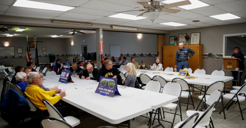 Placeholder - loading - Imagem da notícia Primárias democratas começam com problemas em meio a atraso de resultados no Iowa
