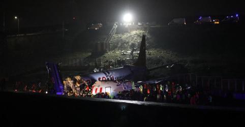 Avião se parte após pouso em Istambul, mata 1 e fere 157