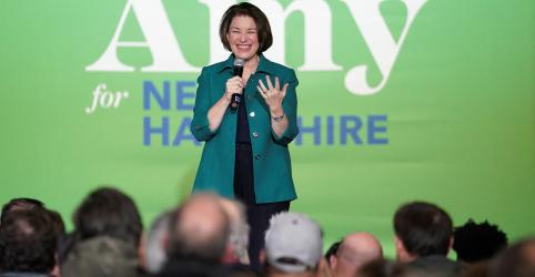 Placeholder - loading - Imagem da notícia Klobuchar diz 'sentir arrancada' em New Hampshire; Sanders ainda é favorito